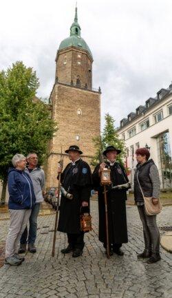 Je kleiner die Gästeschar, umso angeregter die Gespräche bei der Nacht-wächter-Tour: Dieter Frank (3. von links) im Dialog mit Familie Straßer, Rainer Eckel spricht mit Antje Flath.