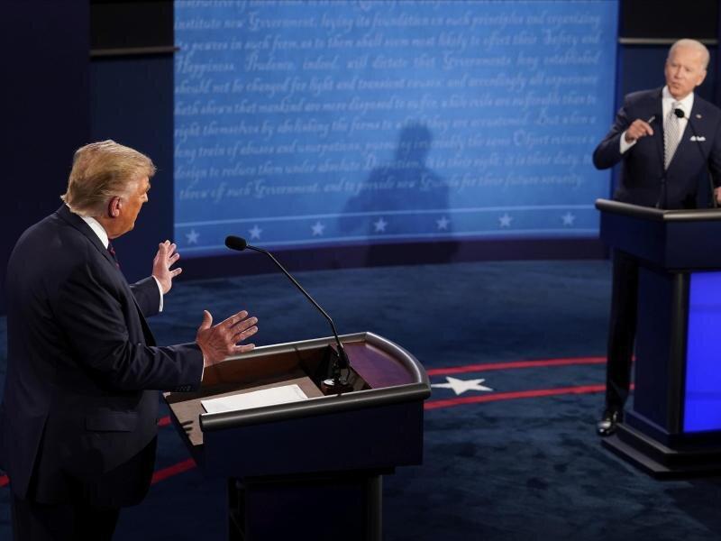 US-Präsident Donald Trump (l) und Herausforderer Joe Biden liefern sich einen Schlagabtausch.