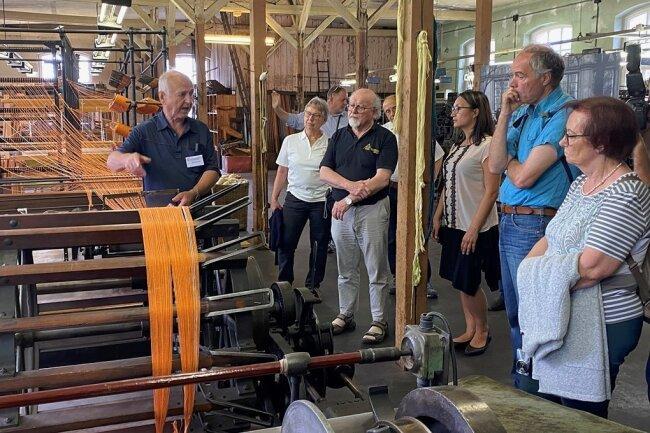 Manfred Frierke (l.), der 36 Jahre lang als Veredlungsmeister in der Tuchfabrik beschäftigt war, führte die Museumsexperten aus dem Partnerkreis Ludwigsburg zwei Stunden durch die Hallen und erläuterte die Funktionsweise der Maschinen - zumeist gespickt mit persönlichen Erlebnissen.