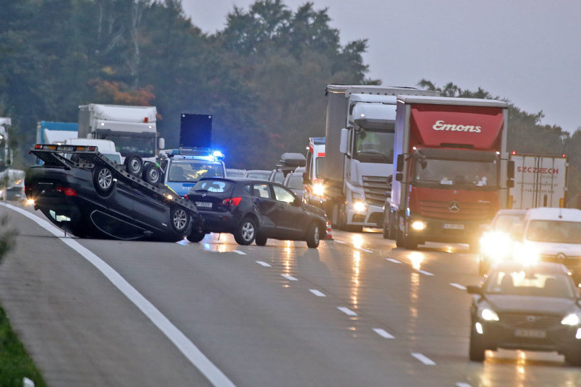 Anhänger mit BMW kippt um - Verkehrsbehinderung auf A4