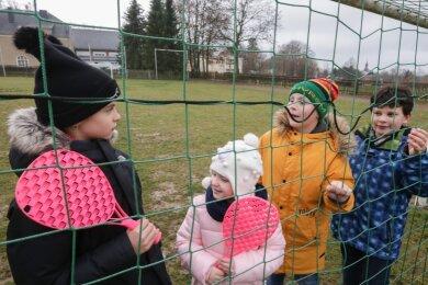 Für die Grundschule in Rußdorf will die Stadt Limbach-Oberfrohna Geld für eine Außensportanlage in die Hand nehmen. Gegenwärtig sind die Sportbedingungen für Schülerinnen und Schüler wie Luise, Kim, Bruno und Marvin (Foto von links) an der Schule nicht optimal.