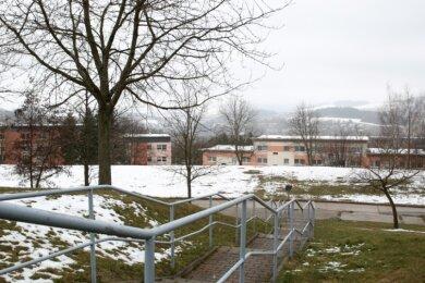 Diese Treppe verbindet die Straße Am Hang mit dem oberhalb liegendem Ärztehaus im Stadtteil Sonnenleithe. Und wo auf diesem Bild noch Schnee liegt, werden bald Bagger erste Fundamente ausheben.