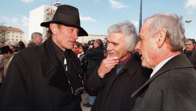 Helmut Jahn (links) im März 1998 bei der Grundsteinlegung für die Galeria Kaufhof, hier im Gespräch mit Oberbürgermeister Peter Seifert (rechts) und Architekt Karl-Heinz Barth, damals Chef der SPD-Ratsfraktion. Foto: Härtel/A.