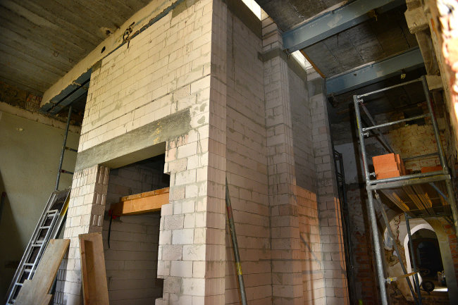 Im Erdgeschoss steht bereits der Rohbau für den Aufzugsschacht.