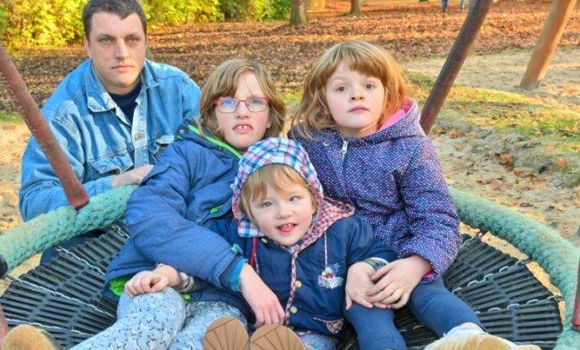 Mia (vorn) zwischen ihren Schwestern Lea (links) und Michelle. Vater Nico Günthel kümmert sich als alleinerziehender Vater liebevoll um seine drei Töchter. Jetzt braucht er Hilfe.