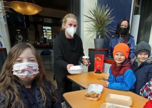 Das fanden die Knirpse cool: Im Wintergarten des Theatercafés holten sie sich am Montag kostenloses Mittagessen ab. Sandra Martin vom Café-Team (2. von links) und Anja Fuchs vom Bistro B 4 (3. von links) hatten alle Hände voll zu tun.