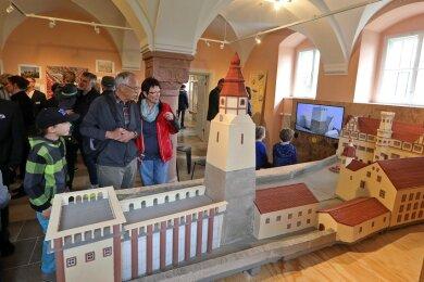 Reges Besucherinteresse bei der Ausstellungseröffnung im Schloss Waldenburg