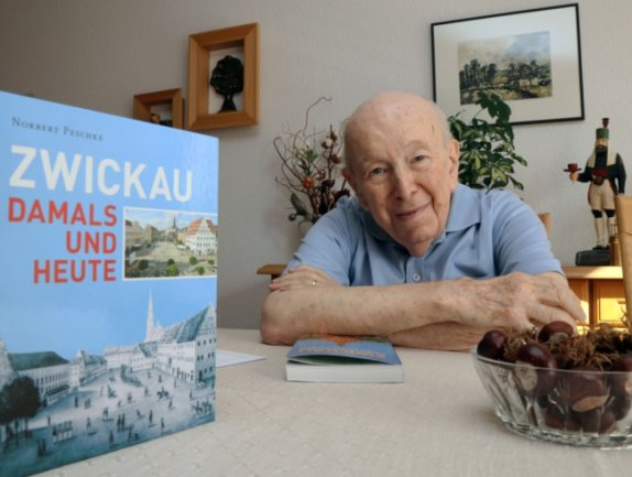 Viele Zwickauer kennen und schätzen ihn: Wolfgang Stiehler am Tisch in seiner Wohnung. Der 88-Jährige hat ab 1985 gemeinsam mit seinen Mitstreitern Pionierarbeit auf dem Gebiet des Stadttourismus geleistet.