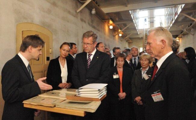 Ein großer Tag Mitte Mai 2011: Der damalige Bundespräsident Christian Wulff (3.v.r) besuchte das ehemalige Frauengefängnis Hoheneck. Rechts der damalige Stollberger Stadtrat Theo Schreckenbach.