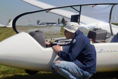 Pascal Schletz vom Fliegerklub Auerbach bei den Kontrollen vor dem Start beim Training des Nachwuchskaders im vergangenen Jahr. Foto: Joachim Thoß/Archiv