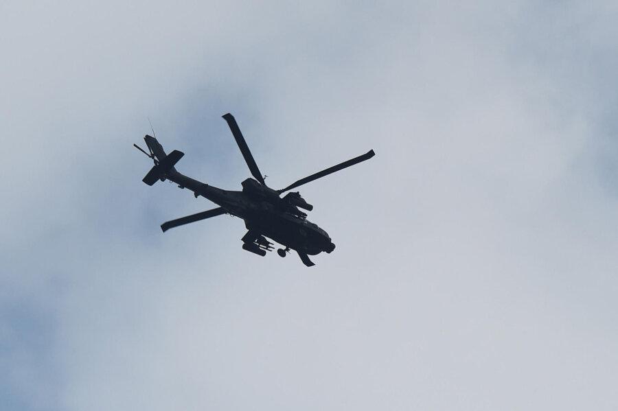 """Ein Kampfhubschrauber """"Apache"""" beim Flug über Chemnitz."""