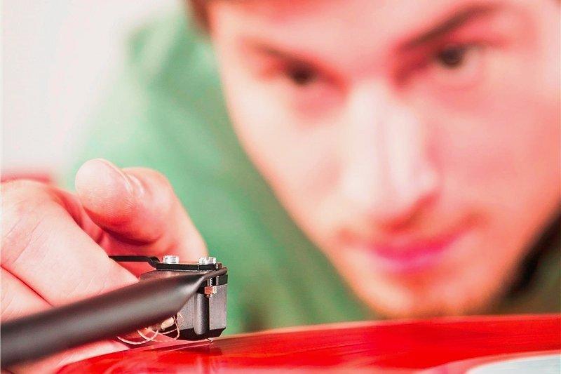 Faszination Vinyl: Das Ritual des Schallplattenauflegens macht konservierte Musik begreifbar - weil es ihrer theoretisch unendlichen Reproduzierbarkeit die richtigen Grenzen setzt.