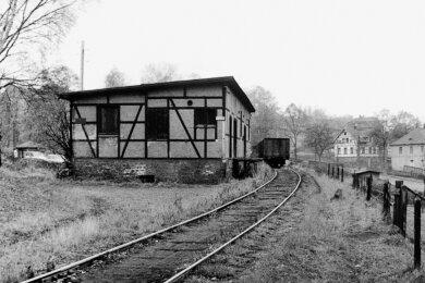Das Foto aus dem Jahr 1965 zeigt den Gleisanschluss des Kohlen- und Holzhändlers Fritz Haugk (früher Kohlenhandel und Sägewerk Kießling). Im Hintergrund verläuft die Wildenfelser Straße.