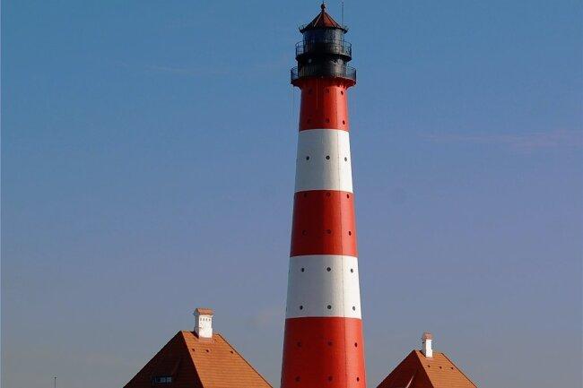 Eine beliebte Sehenswürdigkeit: der Leuchtturm Westerheversand auf der Halbinsel Eiderstedt.