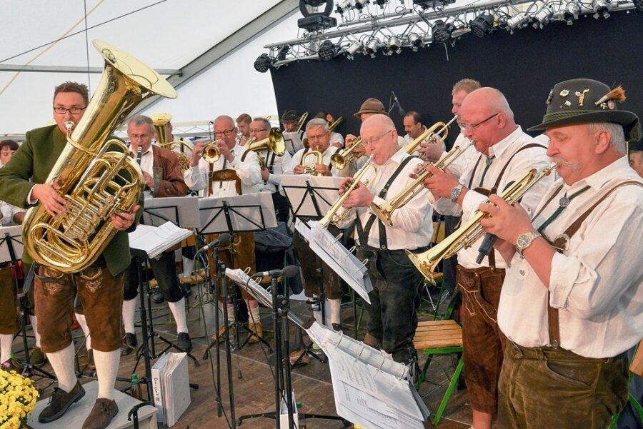 Auftritt der Reichenbacher Lokalmatadoren. Die Original Hirschsteiner Musikanten im Jahr 2016 im Festzelt, rechts im Bild der musikalische Leiter des Festivals Peter Zippel.