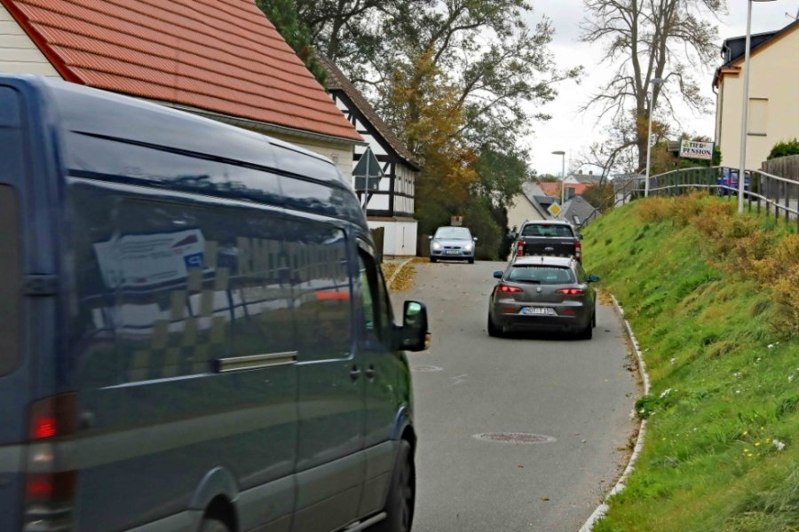 Vor allem Ortskundige und Pendler umfahren die Gablenz-Sperrung über das ländliche Lauenhain, dessen Einwohner mehr als genervt und verärgert reagieren.