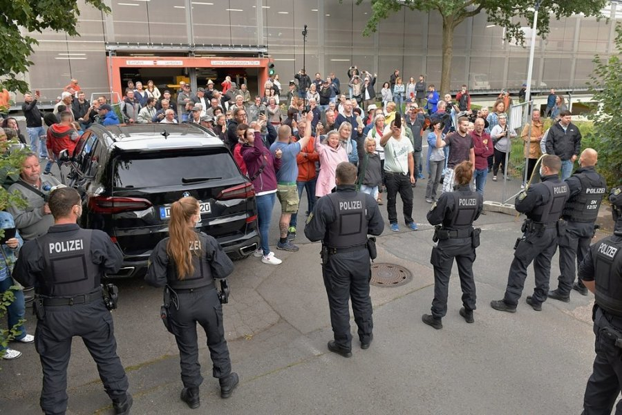Am Tivoli-Parkhaus standen Polizeikräfte am 17. August 2021 einer aufgebrachten Menschenmenge gegenüber, während in dem Ballhaus ein Bürgerdialog mit Ministerpräsident Michael Kretschmer (CDU) stattfand. Bei der Abfahrt des Regierungschefs kam es in der Bedrängnis zur Verletzung einer Beamtin.