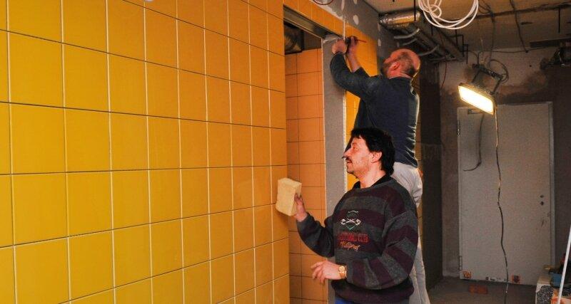 2000 Quadratmeter Fliesen müssen Steffen Zeck (vorn) und Matthias Kleindienst im neuen Oelsnitzer Hallenbad verlegen.