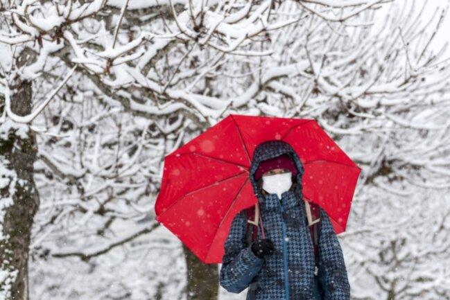 Eine Mund-Nase-Bedeckung muss ab Samstag tagsüber überall im öffentlichen Raum getragen werden. Ausnahmen gelten auf Wald- und Feldwegen sowie außerhalb geschlossener Ortschaften.