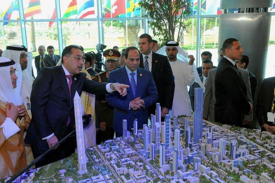 Ägyptens Staatspräsident Abdel Fattah al-Sisi (Mitte) vor dem Modell der neuen ägyptischen Verwaltungshauptstadt, in der bald 6,5 Millionen Menschen leben sollen.