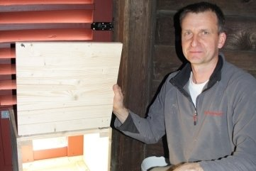Wolfram Mainer an dem präparierten Fenster.