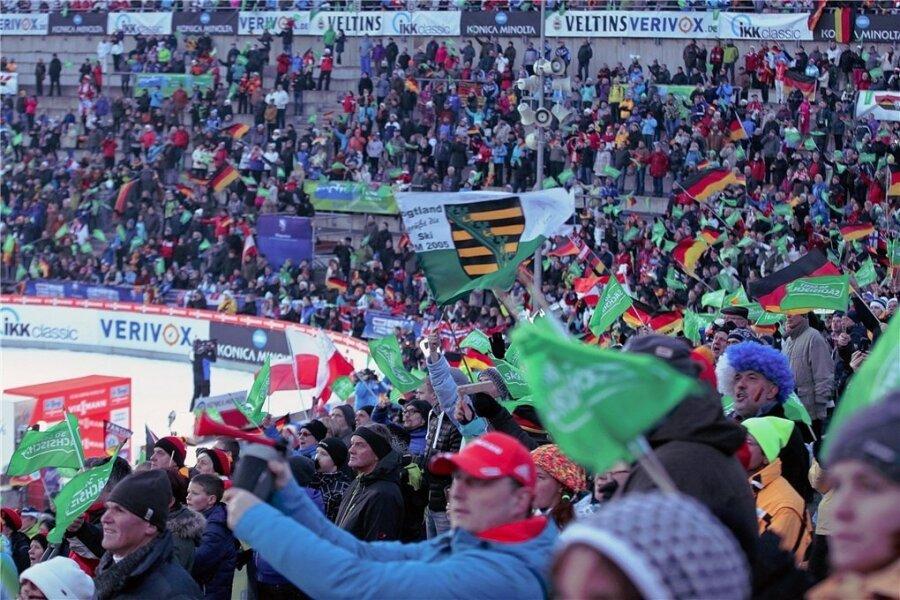 Das Klingenthaler Rund beim Skisprung-Weltcup 2014- die Veranstalter hoffen, dass auch in diesem Jahr viele Besucher zu dem Wintersport-Höhepunkt in die Vogtland-Arena kommen.