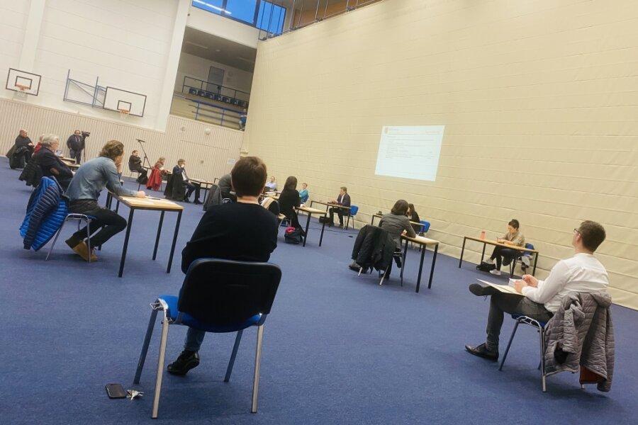 Die Tische und Stühle für die Stadtratssitzung am Donnerstag in der Sporthalle am Schwanenteich standen sicherheitshalber verteilt.
