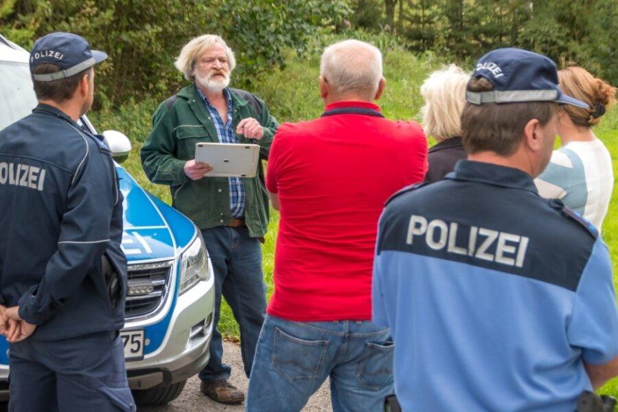 Nach langer Diskussion mit Polizisten, Beamten des Landratsamtes und Heidersdorfs Bürgermeister Andreas Börner wurde eine Dichtheitsprüfung der Klärgrube auf dem Grundstück von Axel Bierett durchgeführt.