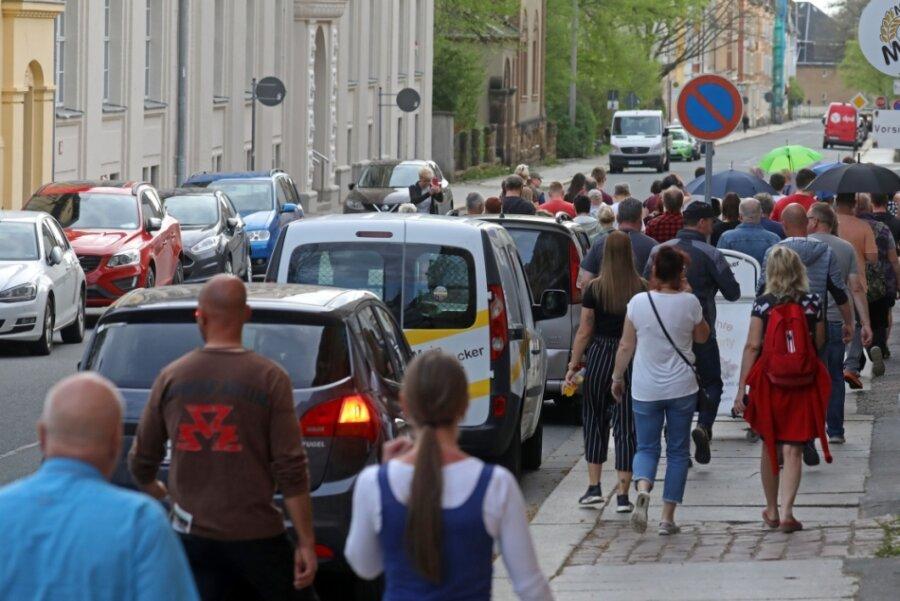 In Hohenstein-Ernstthal haben sich am Montagabend wieder Frauen und Männer zu einem Rundgang durch die Stadt getroffen. Damit wollen sie gegen die Corona-Politik demonstrieren.