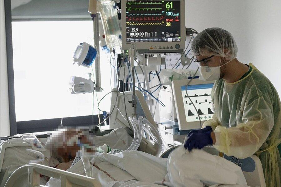 Bei einem Probelauf an einem Intensivbett für mögliche Coronapatienten in einer deutschen Klinik wird die Funktionsweise eines Beatmungsgerätes getestet.
