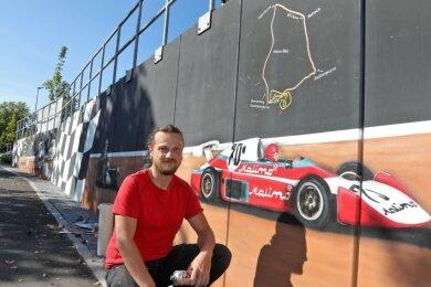 An der Auffahrt zum Edeka-Markt hat Colourjunkie Sebastian Schindler Rennsportlegenden wie den MT 77 verewigt