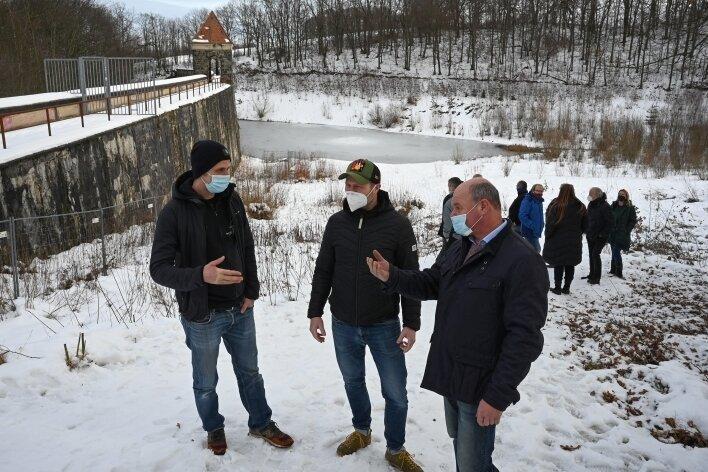 Hendrik Hadlich vom Verein Walden, Unternehmer Frank Buschbeck und Ortsvorsteher Thomas Groß (von links) bei einem Termin an der Talsperre. Hier könnte ein Urlaubs- und Badeareal entstehen. Frank Buschbeck hat damit Erfahrungen.