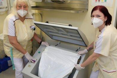 Der Keim bleibt in der Tüte: Schwester Jana (l.) und Schwester Korinna, beide Pflegekräfte im Marienstift Schwarzenberg, legen einen luft- und wasserdichten Abfallsack in die neue Müllpresse.