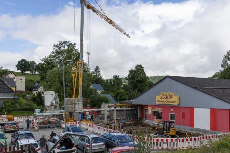 Bauarbeiten sind an der Netto-Filiale in Crottendorf im Gang. Nach Unternehmensangaben wird der Markt erweitert und an ein neues Konzept angepasst. Das dauert noch mehrere Monate.
