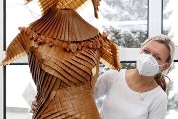 "Arzthelferin Anke Kretzschmar zeigt die Skulptur ""Asian Girl""."