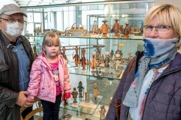 Im Spielzeugmuseum schauten sich Udo, Laura und Sylke Böttcher (v.l.) die neue Schau an.