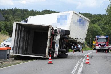 Die B 101 ist wegen des Unfalls gesperrt worden.