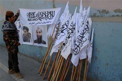 """Parolen und Fahnen der Taliban bestimmen das Kabuler Stadtbild, aber nach ihrem Sieg in Afghanistan konkurrieren die neuen Herrscher mit dem """"Islamischen Staat"""" um die Macht, Einfluss und die Deutungshoheit."""