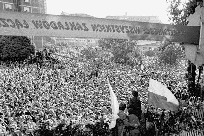 Ende August 1980: Solidarnosc-Führer Lech Walesa hält eine Rede während des Streiks auf der Leninwerft in Danzig. Das Proletariat fordert die Diktatur des Proletariats heraus.