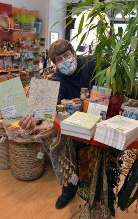 Mitherausgeber Christian Mädler mit den Einkaufsführern. Diese können auch auf der Internetseite des Fairtrade-Ladens heruntergeladen werden.
