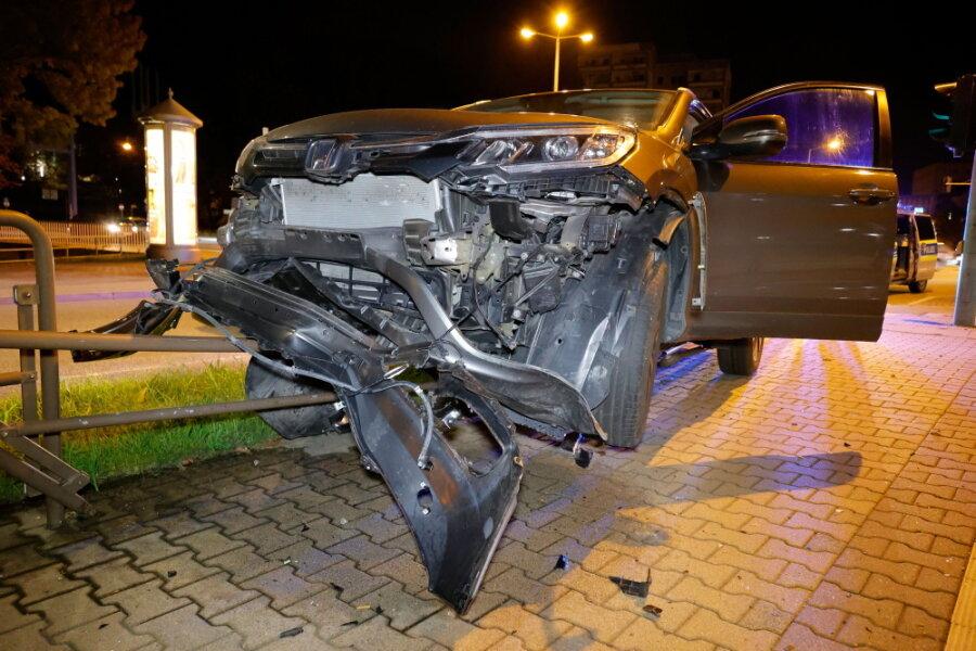 Chemnitz: 79-jähriger Pkw-Fahrer auf Geländer gefahren