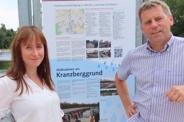 Anika Häupl mit Karsten Piehler an der Infotafel.