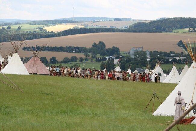 Hobby-Indianer aus drei Ländern hatten ihr Lager am Teich in Großhartmannsdorf aufgeschlagen.