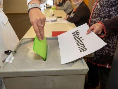 Eine Frau gibt ihre Stimme bei der OB-Wahl in Hoyerswerda ab.