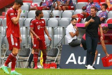 Julian Nagelsmann gibt Robert Lewandowski (l.) und Serge Gnabry Anweisungen, genau beobachtet von FCB-Sportdirektor Hasan Salihamidzic.