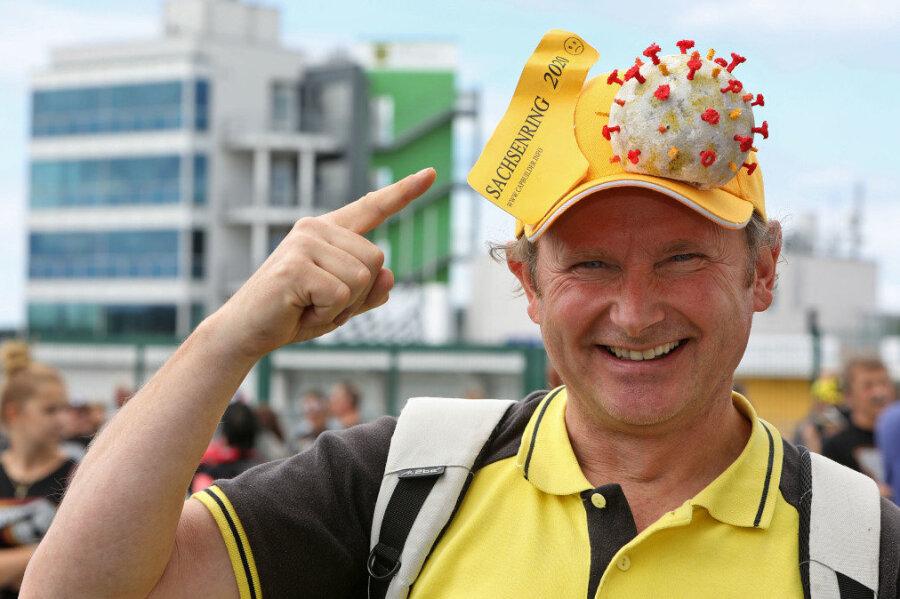 Der bekannte Bastler Udo Naumann mit einer Corona-Kappe.