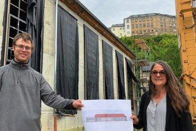 Der Greizer Parkverwalter Michael Schmidt und Petra Hinreiner, Baureferentin der Stiftung Thüringer Schlösser und Gärten, vor dem fertiggestellten Rohbauabschnitt der Orangerie.