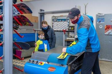 Lars Unger von Intersport Falkenstein zeigte Lio (7) und Mutter Yvonne beim Tag der Gewerke, wie Skier geschliffen werden. Die Prozedur kann bis zu 15 Mal wiederholt werden.