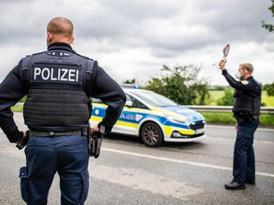Polizeibeamte bei einer Corona-Einreisekontrolle der Bundespolizei.