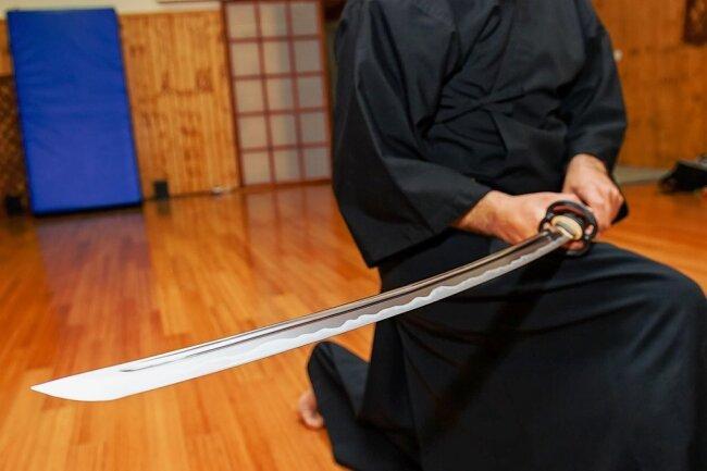 Das Langschwert Katana wurde ab Ende des 15. Jahrhunderts traditionell von japanischen Samurai verwendet. Die Herstellung eines handgeschmiedeten Schwerts dauert mehrere Tage bis Wochen.